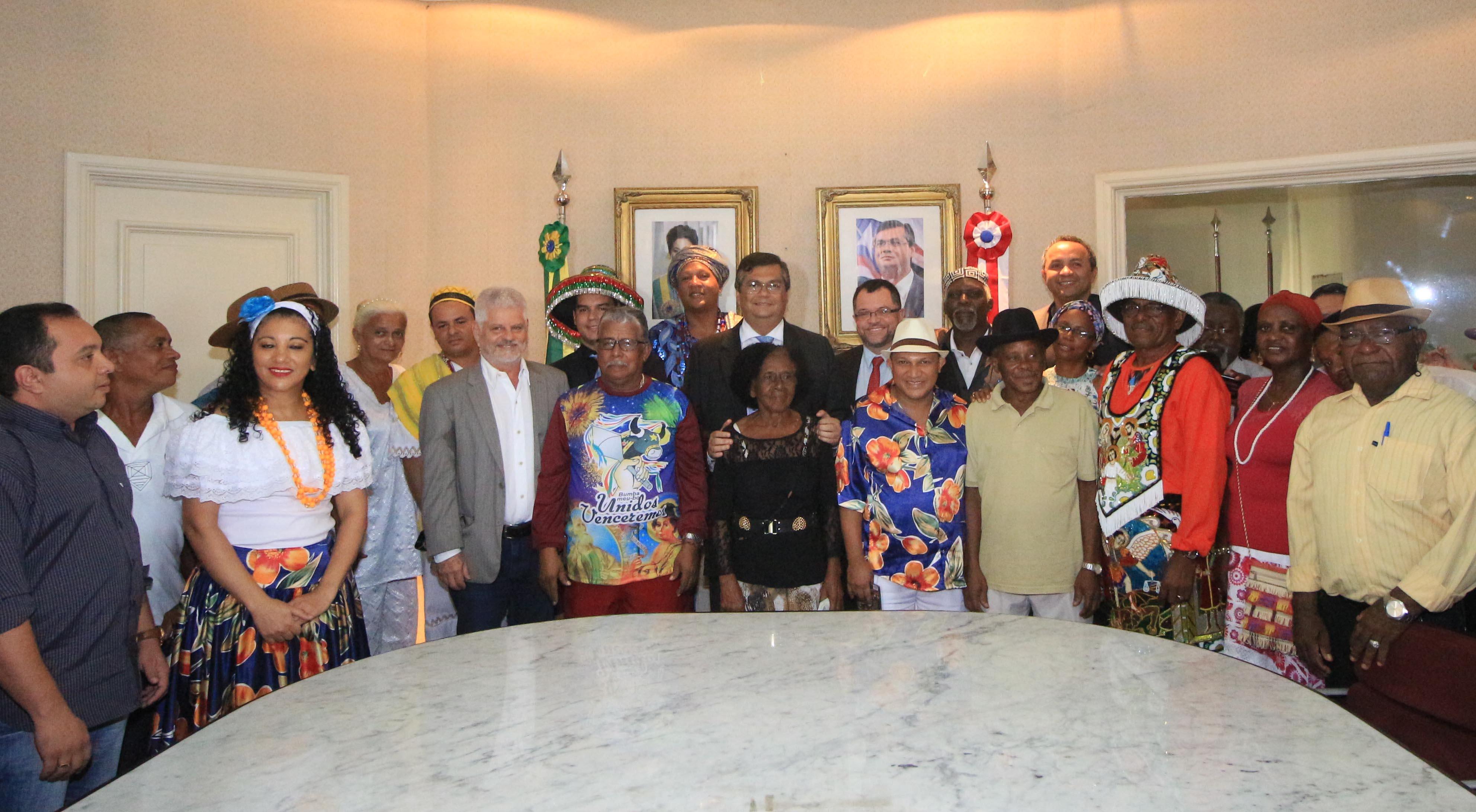 O governador Flávio Dino assinou, na tarde desta quinta-feira (21), dois projetos que serão encaminhados à Assembleia Legislativa para valorização da clutura maranhense. Foto: Gilson Teixeira/Secap