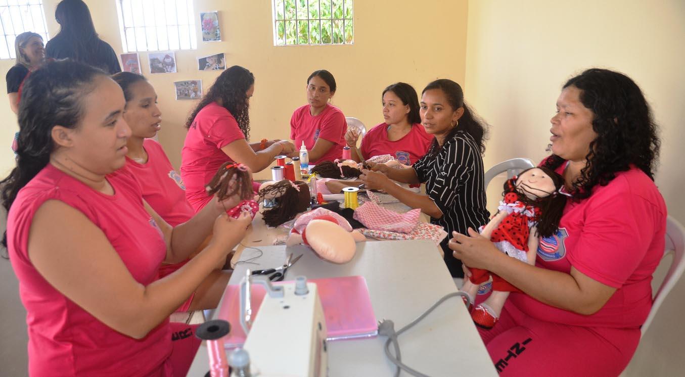 Internas da UPR Feminina confeccionam primeiras bonecas da nova oficina aberta pelo Governo do Estado. Foto: Divulgação